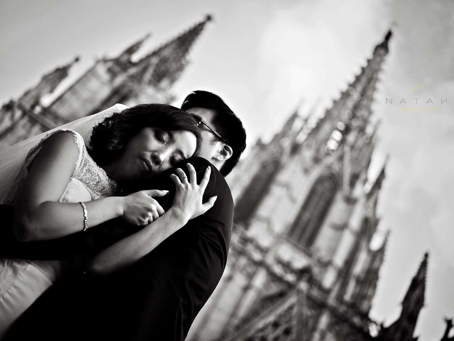 Asian couple wedding session Barcelona Catedral